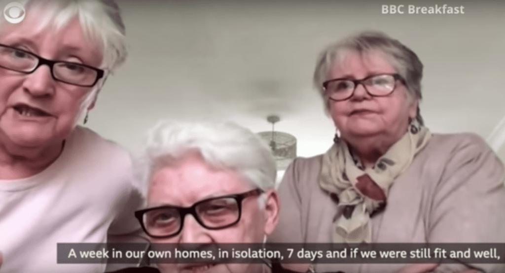 3 Dames d'edat avançada comparteixen plans conjunts d'autoïllament, incloent-hi beure vi i observar 'The Crown'.