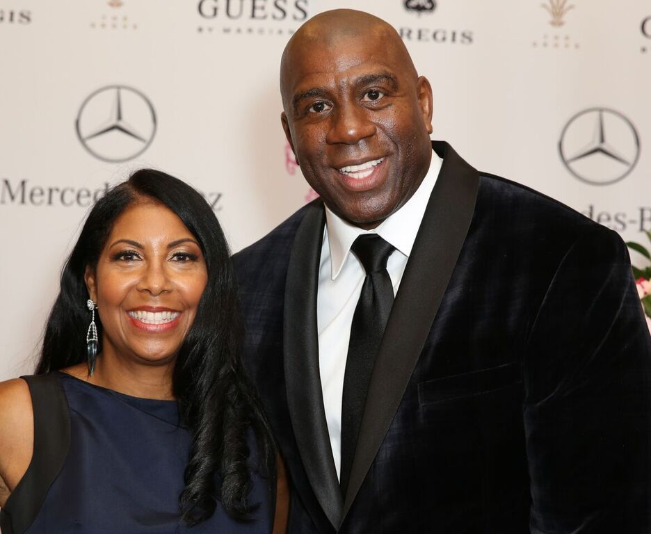 Ang Anak ni Magic Johnson EJ Stuns sa Tight Pants, Black Top & White Coat sa mga Larawan kay Mom Cookie sa NYFW 2020
