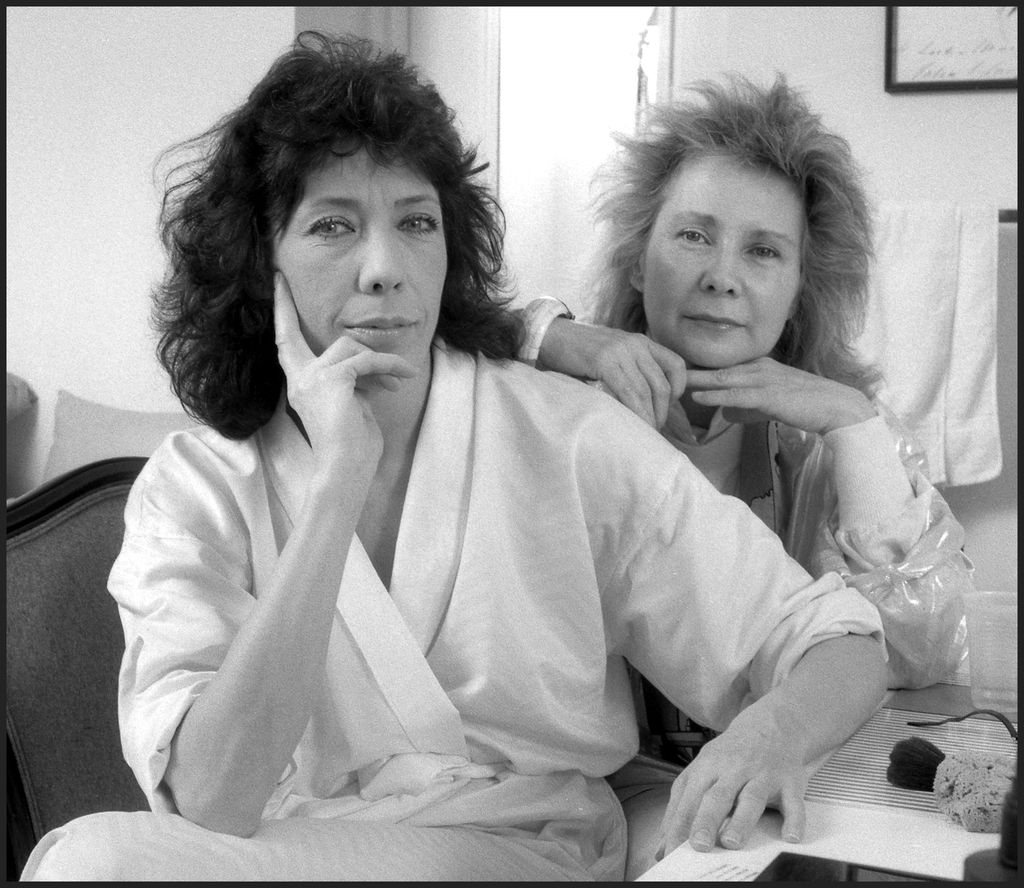 Lily Tomlin and Jane Wagner pose in their dressing room at the Plymouth Theater, New York, NY, 1986. | Source: Getty Images