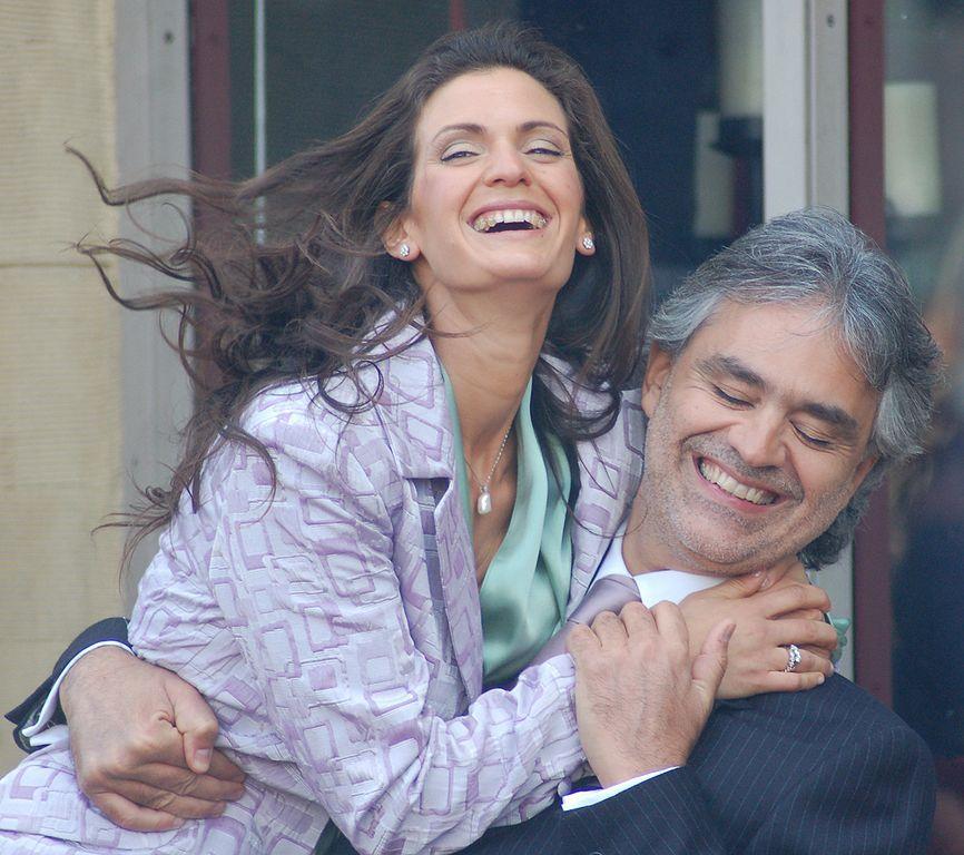 アンドレアボチェッリのずっと若い妻がレッドカーペットイベントで魅惑的な薄手のドレスを着てブラを点滅する