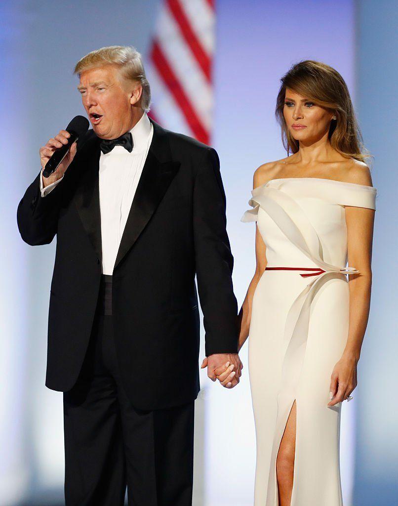 Melania Trump nosila Flowy Sundress & White Heels na fotografiách na podujatí Nascar's Daytona 500 a fanúšikovia to milovali