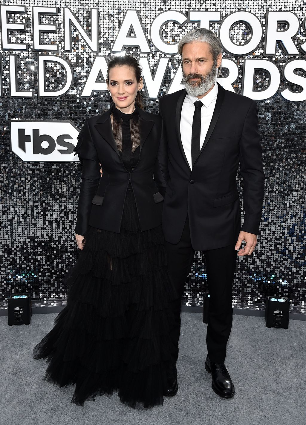 Winona Ryder Menikmati Glamorous Date Night dengan Boyfriend Scott Mackinlay di 2020 SAG Awards